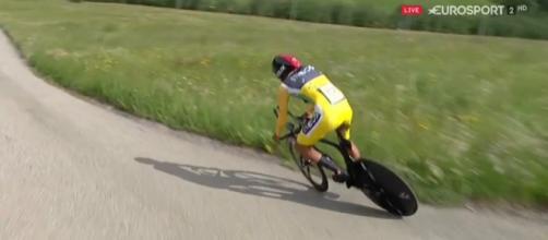 Egan Bernal rischia la caduta nella cronometro del Giro di Svizzera
