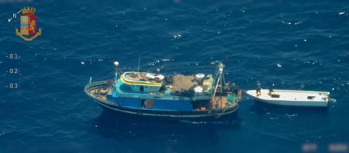 Peschereccio trasborda migranti su un barchino con destinazione Lampedusa