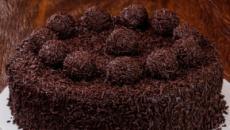Bolo de chocolate com cobertura de brigadeiro gourmet