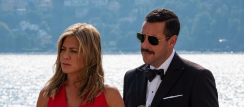 Jennifer Aniston e Adam Sandler em cena de 'Mistério no Mediterrâneo'. (Divulgação/ Netflix)