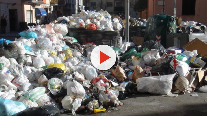 Emergenza rifiuti Campania, De Luca: 'Unica soluzione è portarli fuori regione'