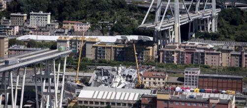 Le macerie del vecchio Ponte Morandi all'indomani del crollo in cui persero la vita 43 persone