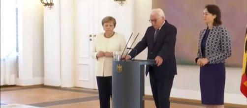 Merkel tiembla por segunda vez en un mes en un acto público. / EL MUNDO