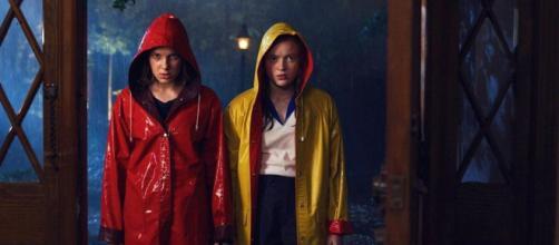 Um dos pôsteres da terceira temporada de 'Stranger Things' mostra Eleven e Max juntas. (Reprodução/Instagram/@strangerthingstv)