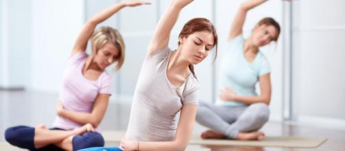El yoga y sus ejercicios respiratorios traen tranquilidad y alivio. - laromantica.fm