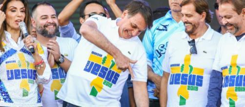 Presidente fazendo sinal de 'arminha' na Marcha para Jesus. (Arquivo Blasting News)