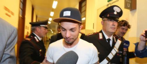 Marco Carta: un caso nel caso riguarda l'identità della donna fermata con lui per il furto di sei magliette alla Rinascente di Milano. (Tgcom24)