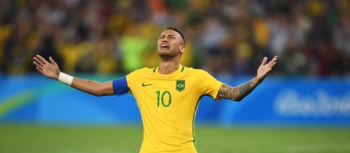 Neymar se machuca, chora em amistoso da seleção e deixa estádio de muletas. (Arquivo Blasting News)