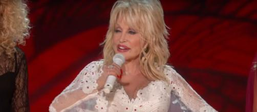 On the stage or sleeping at night, Dolly Parton keeps her makeup intact. [Image source:Dolly Parton-YouTube]