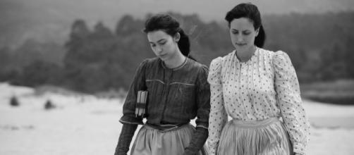 As atrizes Greta Fernández (esquerda) e Natalia Molina em cena de 'Elisa y Marcela'. (Divulgação/ Netflix)