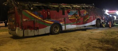 O ônibus ficou completamente destruído com o acidente. (Arquivo Blasting News)