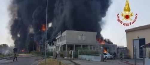 Vicenza, incendio devasta fabbrica di vernici vicino all'autostrada A4