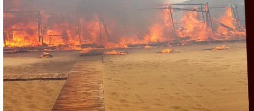 Catania, incendio alla Plaia: distrutto il lido Europa, bagnanti evacuati con i gommoni