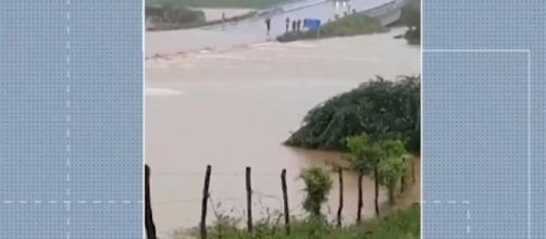 Barragem se rompe na Bahia. (Reprodução/ TV Globo)