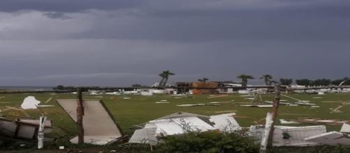 Brindisi, maltempo devasta la costa nord: crolla il tetto di un supermercato, distrutto un lido