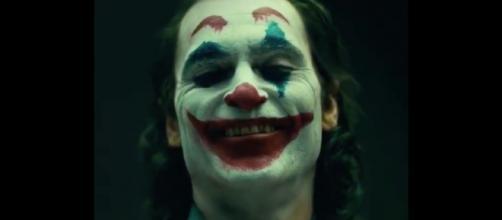 Joaquin Phoenix caracterizado como o vilão Coringa. (Arquivo Blasting News)
