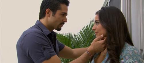 Ana Paula e Gustavo em clima de romance. (Reprodução/Televisa)