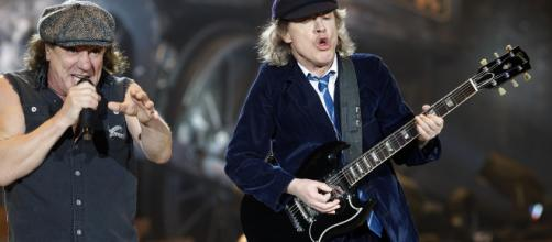 Brian Johnson (L) and Angus Young of leg - Lust For Life Magazine - lflmagazine.nl