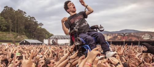 Ragazzo spagnolo in carrozzina durante il concerto degli Arch Enemy