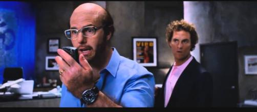 """Tom Cruise teve que raspar o cabelo por um papel em """"Trovão Tropical"""". (Reprodução)"""