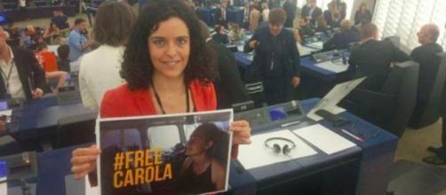 Una parlamentare con un cartello per Carola Rackete