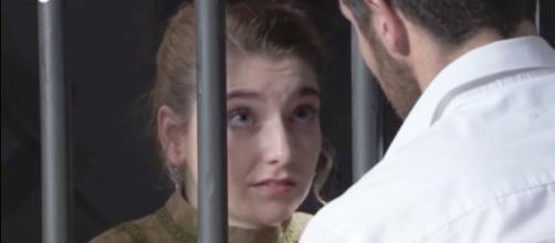 Una Vita, trame: Flora viene arrestata per l'omicidio dell'Indiano