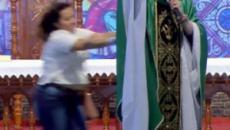 Padre Marcelo Rossi é empurrado de altar durante evento em SP