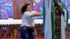 Mulher invade palco e empurra padre Marcelo Rossi de cima do altar em missa ao vivo