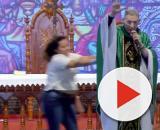 Mulher empurra Padre Marcelo Rossi de altar durante missa. (Reprodução/ Youtube)