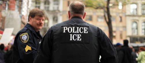 Agentes del ICE realizan redadas para detener a migrantes indocumentados. - univision.com