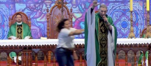 Câmeras flagraram o momento em que Padre Marcelo Rossi foi empurrado do palco. (Reprodução/ Youtube)