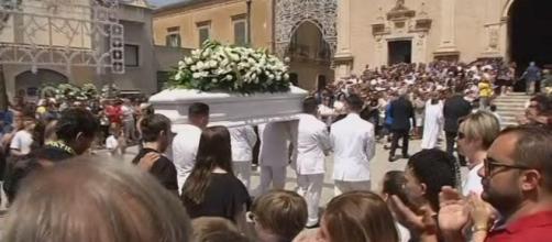 Cuginetti travolti da un Suv a Vittoria, durante i funerali di Alessio giunge la notizia della morte del cuginetto Simone.
