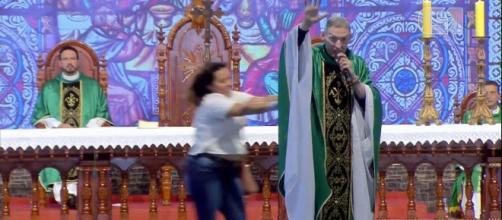 Padre retomou missa após agressão. (Reprodução/Youtube/Padre Rodrigo Maia)