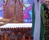 Mulher empurra padre Marcelo Rossi e ele cai do palco. (Arquivo/Blasting News)