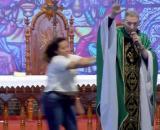 Mulher empurra Padre Marcelo Rossi. (Reprodução/YouTube)