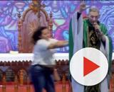 Padre Marcelo Rossi foi empurrado enquanto celebrava missa ao vivo na comunidade católica Canção Nova. (Reprodução/YouTube)