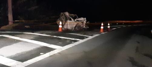 Carro pegou fogo com a batida. (Divulgação/Facebook/São Roque Notícias)