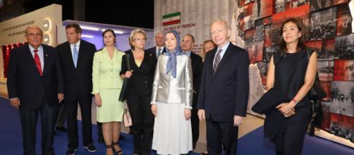 Maryam Radjavi aux côtés de Michèle Alliot-Marie, Ingrid Betancourt, Rudy Giuliani et le Sénateur Joe Lieberman, samedi à Achraf-3 en Albanie.
