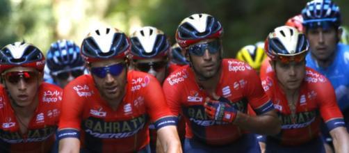 Vincenzo Nibali attorniato dalla squadra al Tour de France