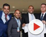 Jair Bolsonaro posa com o grupo 'Youtubers de Direita'. (Divulgação/ Marcos Corrêa/ Presidência)