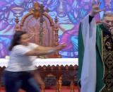 Padre foi empurrado por mulher enquanto celebrava missa. (Reprodução/ Youtube)