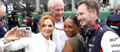 Geri Halliwell posa con il marito Christian Horner, e Mel B, sua bandmate nelle Spice Girls, al Gran Premio di Silverstone in UK