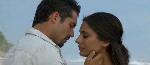 Gustavo e Ana Paula em clima de romance. (Reprodução/Televisa)