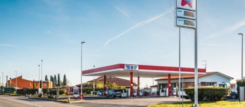 Treviso: benzinaia aggredita per aver suonato il clacson: 'Negretta torna in Marocco'