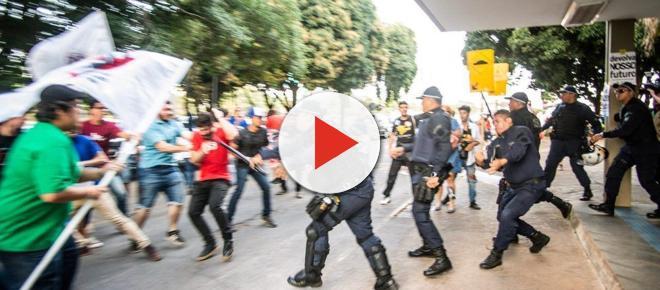 PM reprime estudantes que protestavam em frente ao MEC