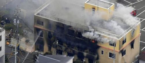 Edificio principal de Kyoto Animation consumido por las llamas