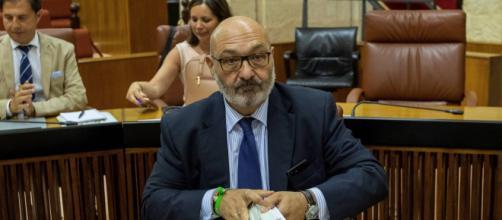 El portavoz de VOX, Alejandro Hernández, el miércoles en el Parlamento andaluz. / EFE