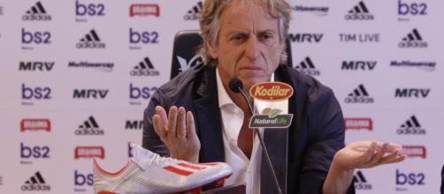 Jorge Jesus em conferência de imprensa no Flamengo. (Arquivo Blasting News)