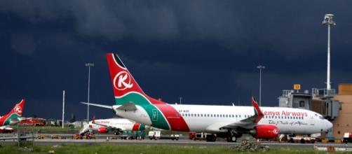 Passageiro clandestino viajava em uma avião da Kenya Airways. (Arquivo Blasting News)