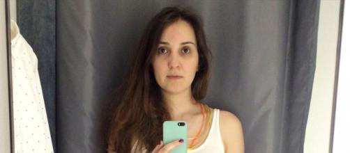 Une jeune femme se prend en photo dans des cabines d'essayge différentes - photo publiée sur Sympa sympa